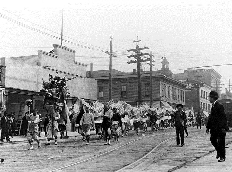Chinese New Year-Chinese_dragon,_Seattle,_c._1909 unknown photographer Pub Do final