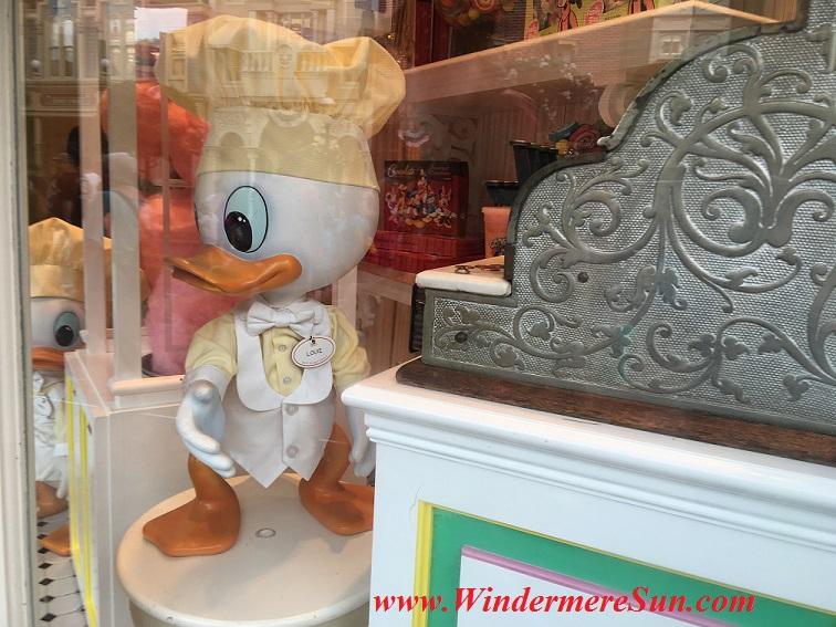 Disney-MagicKingdom Louie the Duck final
