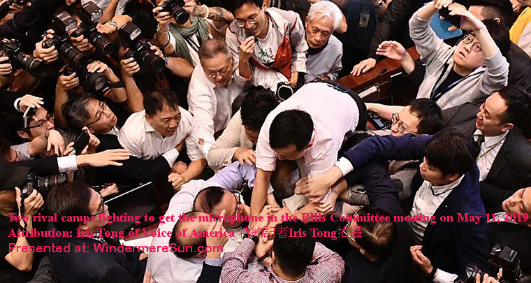 Two rival camps were fighting to get the microphone and that made the situation very terrible(Attribution-Iris Tong)(Voice of America特約記者Iris Tong拍攝 ) final